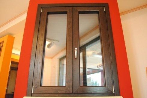 finestra marrone