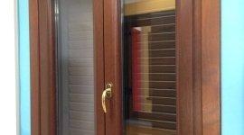Dettaglio finestra marrone maniglia