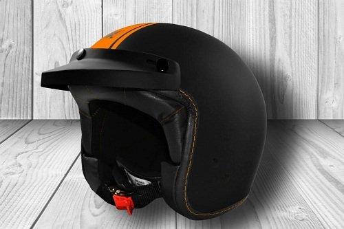 un casco nero con una linea arancione