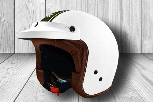 un casco bianco con una linea verde