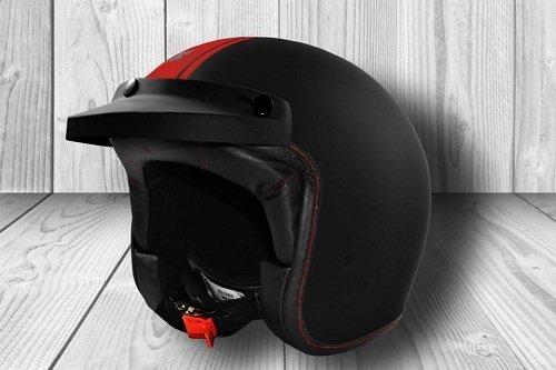 un casco nero con una linea rossa