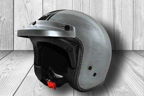 un casco grigio con una linea nera
