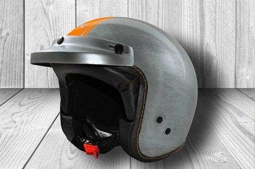 un casco grigio con una linea arancione