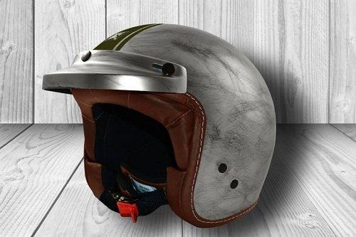 un casco grigio a sfumature e una linea verde
