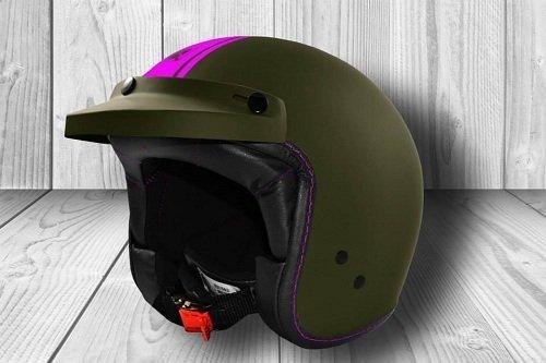 un casco verde con una linea viola