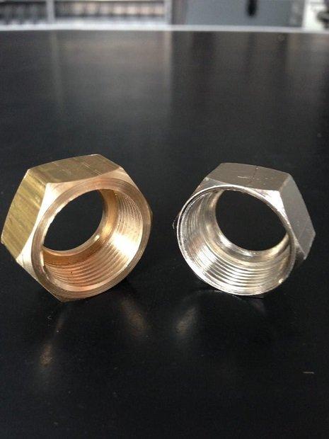 due dadi in alluminio e rame