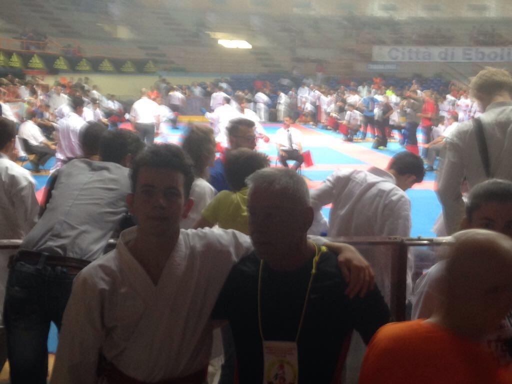 Una folla assiste a una competizione di karate