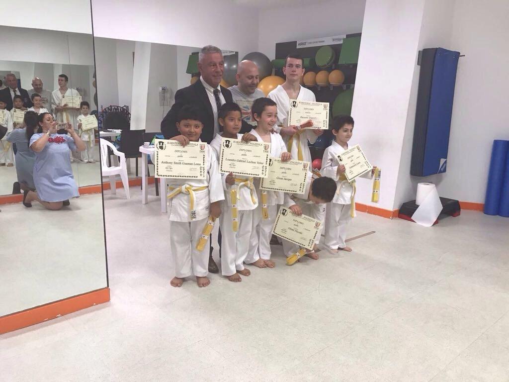 Un gruppo di bambini con attestati della classe di karate