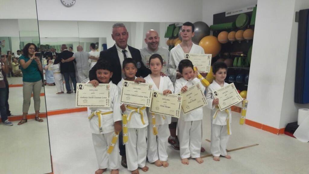 Bambini di una classe di karate che hanno vinto un attestato