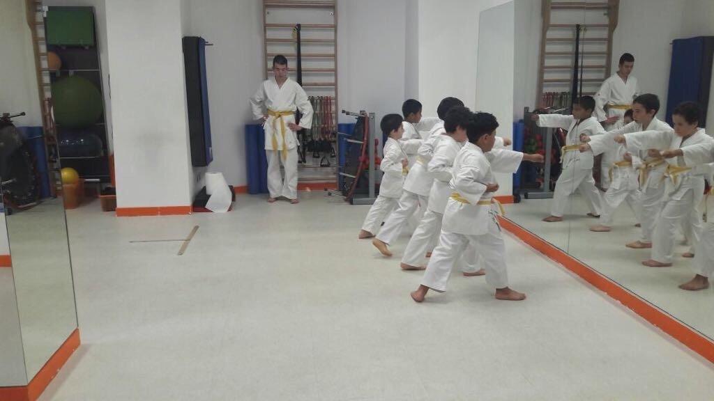 Un gruppo di bambini che si allenano a karate