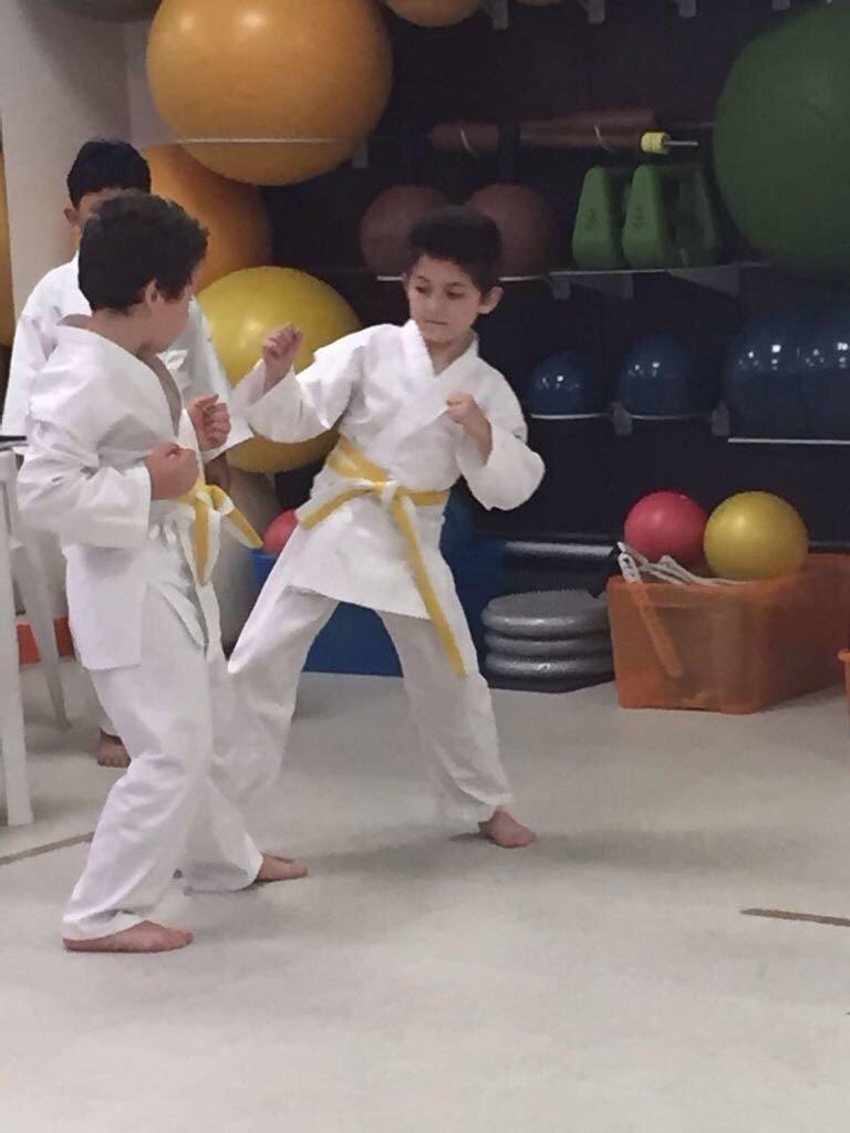 Combattimento di allenamento di karate tra bambini