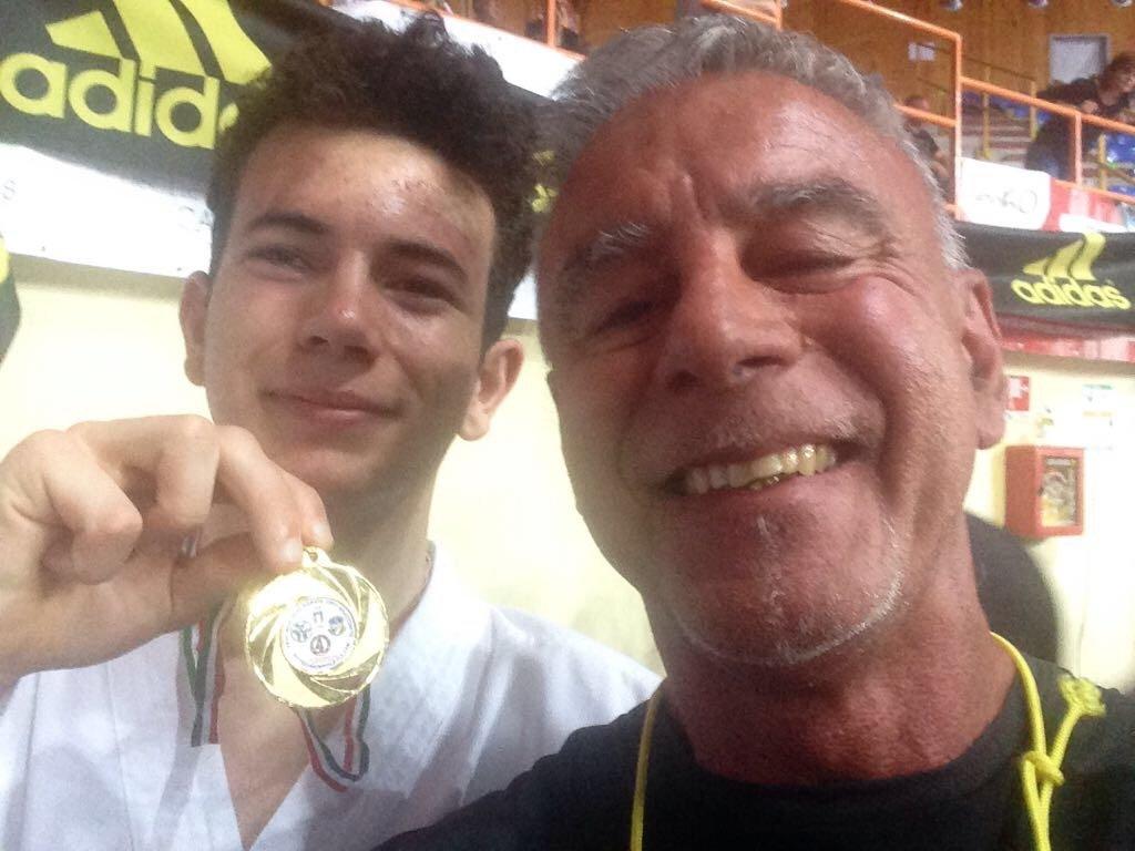 Vincitore della medaglia di karate con il suo maestro