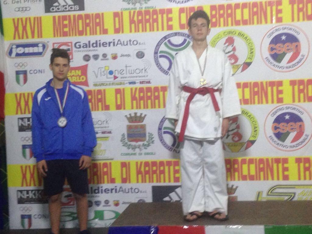 Vincitori dei premi di karate sul podio