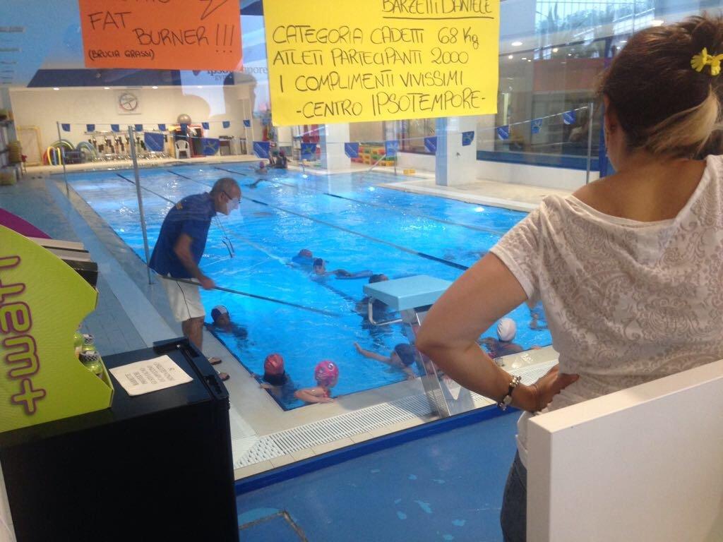 Lezione di nuoto per bambini in piscina