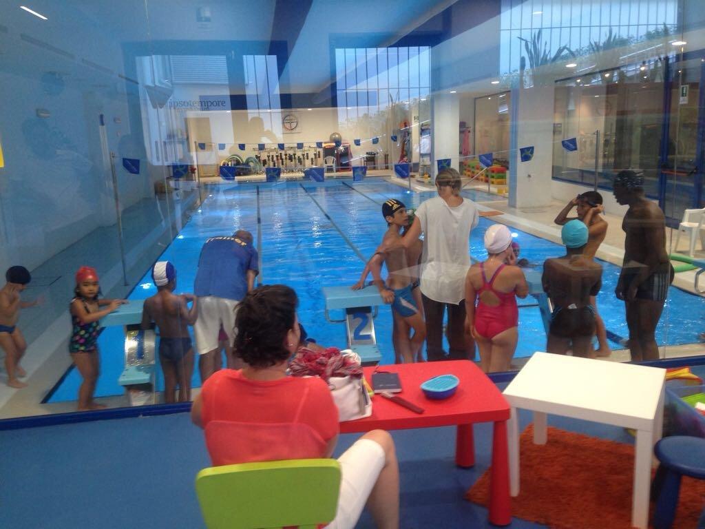 Gara di nuoto per bambini in piscina