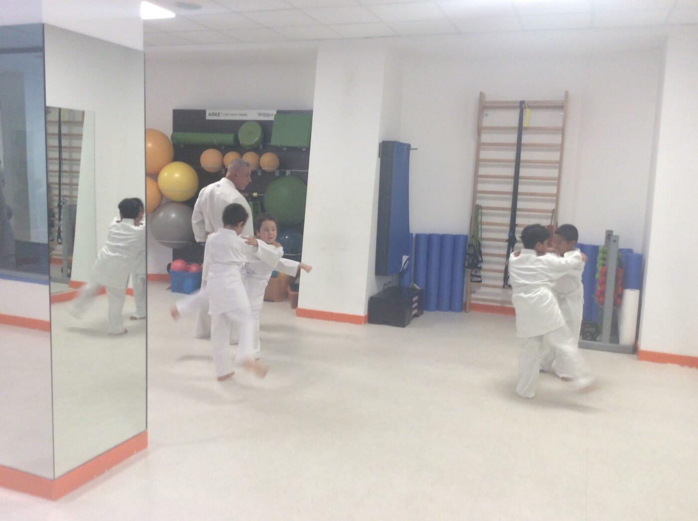 Bambini praticano gli arti marziali a Roma