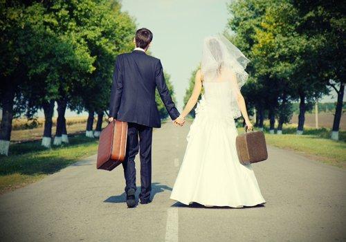 due sposi con le valigie