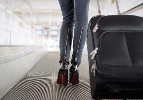 donna con trolley su pedana mobile