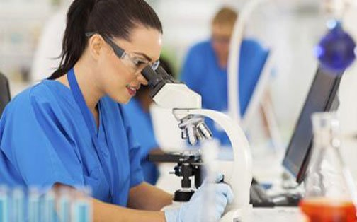 Tecnico di laboratorio al microscopio