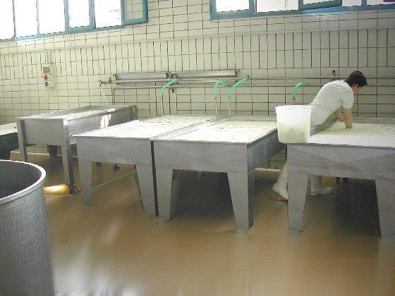 tavoli su pavimentazione industriale