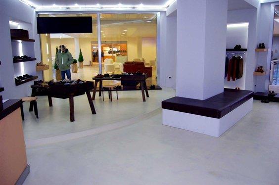 Boutique con una colonna rettangolare in mezzo