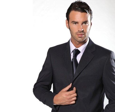 abito formale nero con cravatta