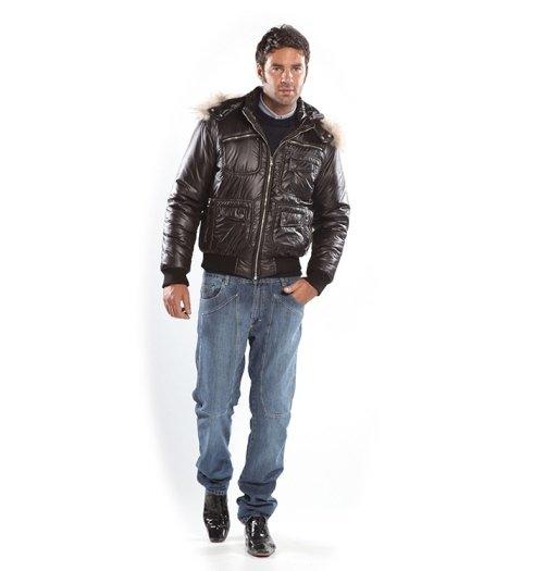 giacca di pelle marrone e jeans