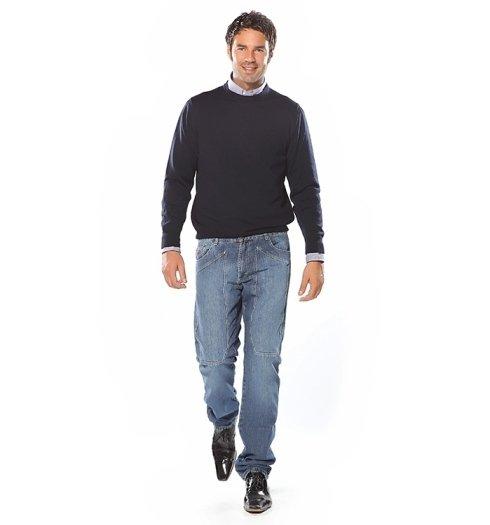 maglia nera e jeans