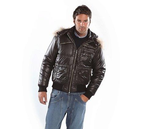 uomo con giacca marrone
