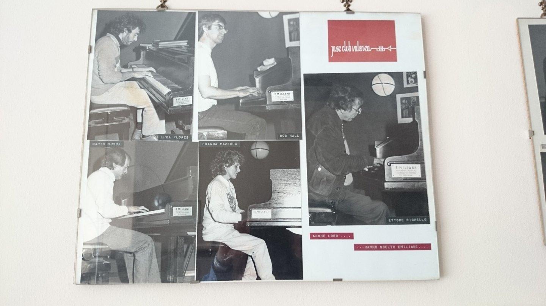 Musicisti che suonando tastiera di pianoforte in una imagine