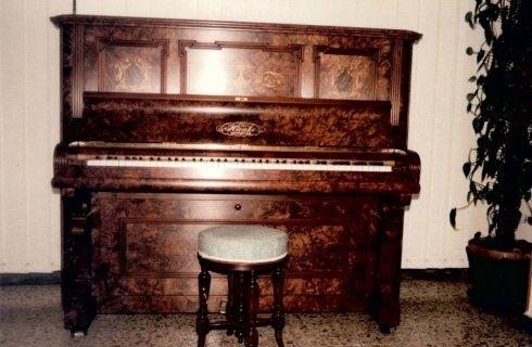 antico pianoforte in una stanza con sgabello