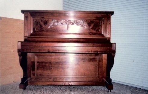 vista angolare di un antico pianoforte in una stanza