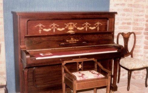 pianoforte con panca e sedia