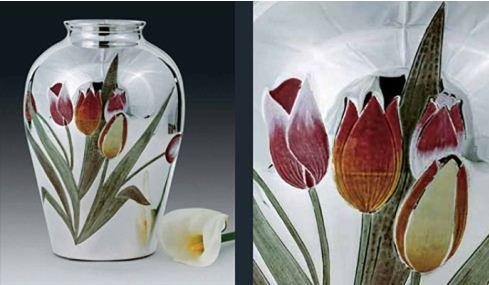 Vaso in argento con tulipani