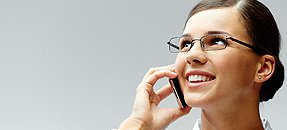 donna parla al telefono a taranto