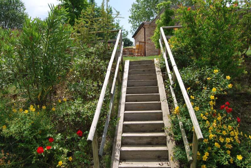 Giardino con scale di una casa a Ostra Vetere