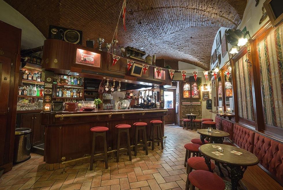 un Pub con dei tavoli e panchine