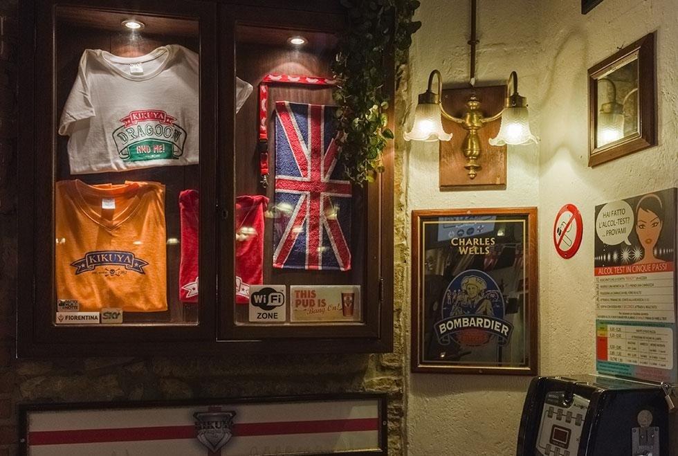 un armadietto con delle magliette con scritto Kikuya e una bandiera dell' Inghilterra