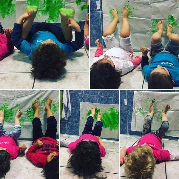 bambini pitturano con i piedi