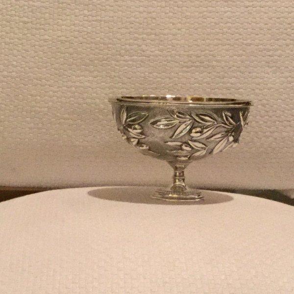 Coppa in argento con olive cesellate a mano