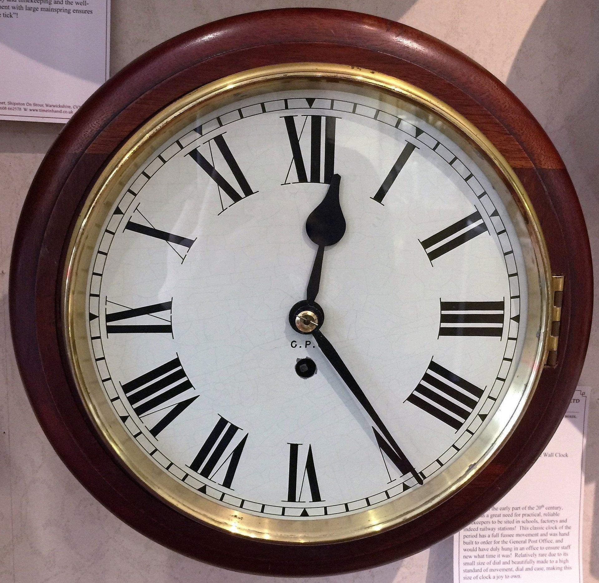 English dial type wall clock