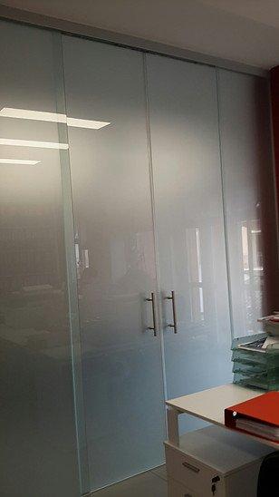 Armadio su misura con finiture in alluminio e vetro