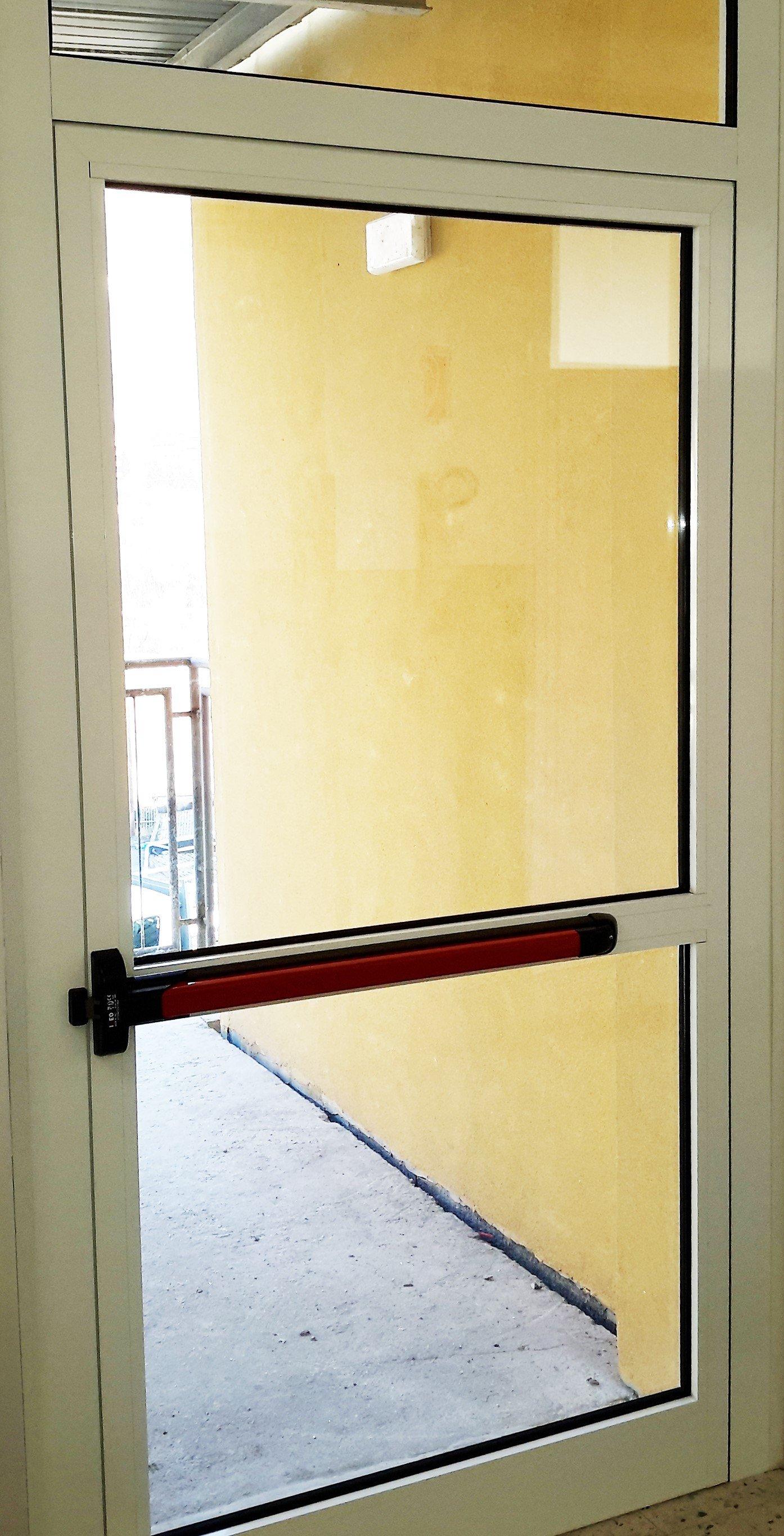 porta a vetri con maniglia antincendio