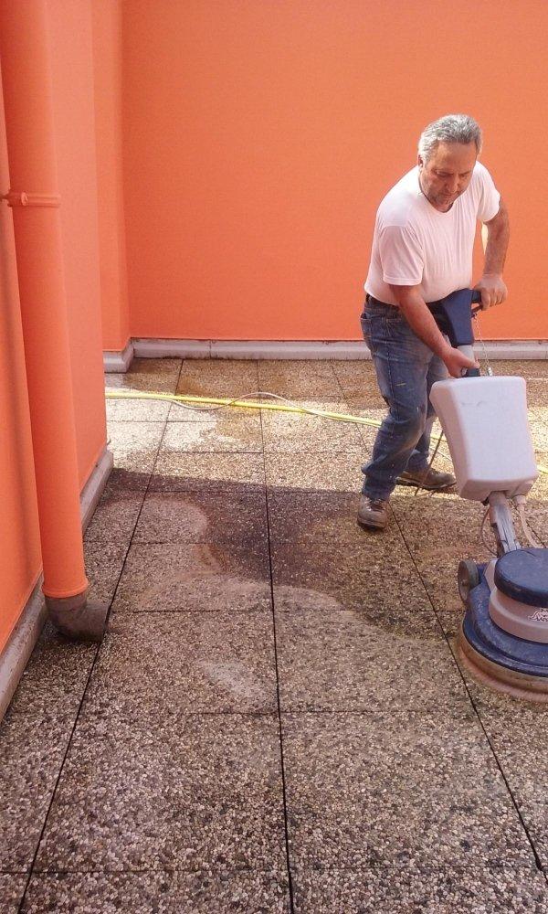 pulizia pavimenti esterni con acqua