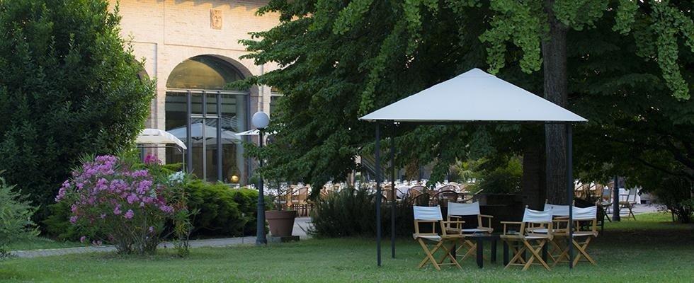 spazio esterno con tavoli all'aperto