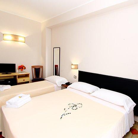 Camera tripla chiara dell'hotel 3 stelle Helios a Marina di Caulonia
