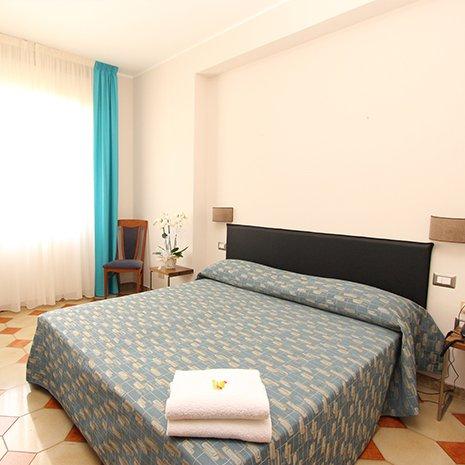 Camera matrimoniale dell'hotel 3 stelle Helios a Marina di Caulonia
