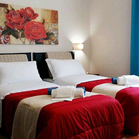 Camera doppia rossa dell'hotel 3 stelle Helios a Marina di Caulonia