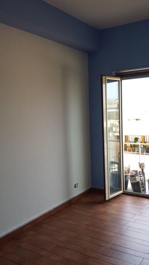 Pittura bianca e blu di un appartamento