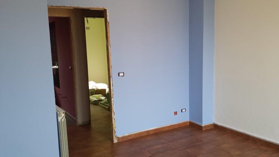 Pittura con vernice bianca e azzurra